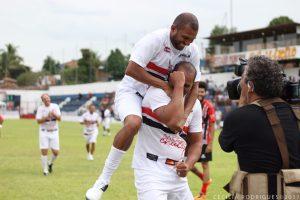 Cercado de craques e com muita festa, Aloísio Chulapa se despede do futebol